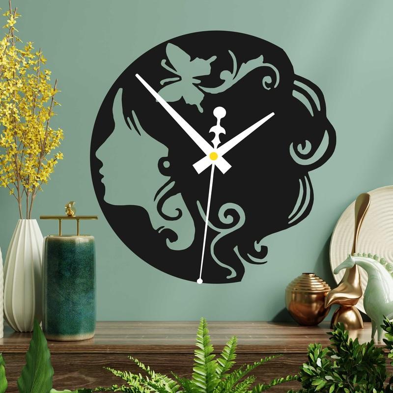 Ceas din lemn - o doamnă cu un fluture în păr, atât negru, cât și colorat  | SENTOP PR0399