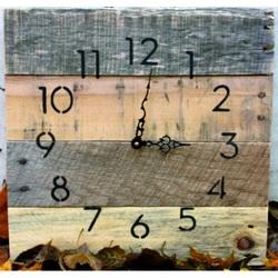 Drevené hodiny na stenu . Už sú tri ?
