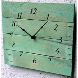 Moderné hodiny z dreva rozprávková modrá .