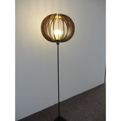 Standul original este un corp de iluminat din lemn - culoare: nuc Regia