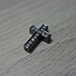 Kovový krížik so zirkónmi - čierny