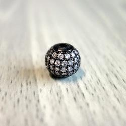 Kovová kulička se stříbrnými zirkony - černá