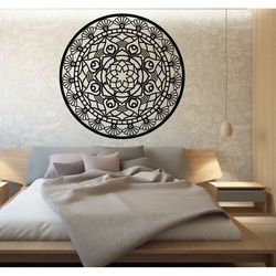 Mandala vieții este rotunjită de o imagine de lemn pe un perete din placaj SUSENAK