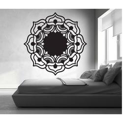 Trandafirul vieții sa ridicat în jurul unei imagini de lemn pe un perete de placaj Mirek