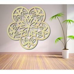 Bild einer Mandalawand aus hölzernen Sperrholzblumen geschnitzt